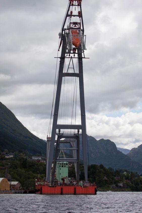 KLAR: Lastet med 7 tonn heises livbåten 60 meter opp og slippes.