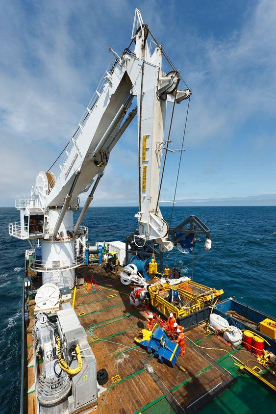TUNGLØFT: Seabed Worker er utstyrt med en National Oilwell Varco 100-tonns kran med bølgekompensasjon.