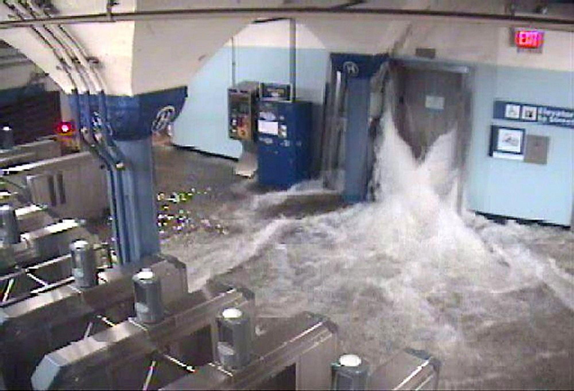 STORE SKADER: Det kan ta fire dager før t-banene i New York åpnes for drift. Vannet som her strømmer inn på t-banestasjonen i Hoboken er fanget opp av et overvåkningskamera.