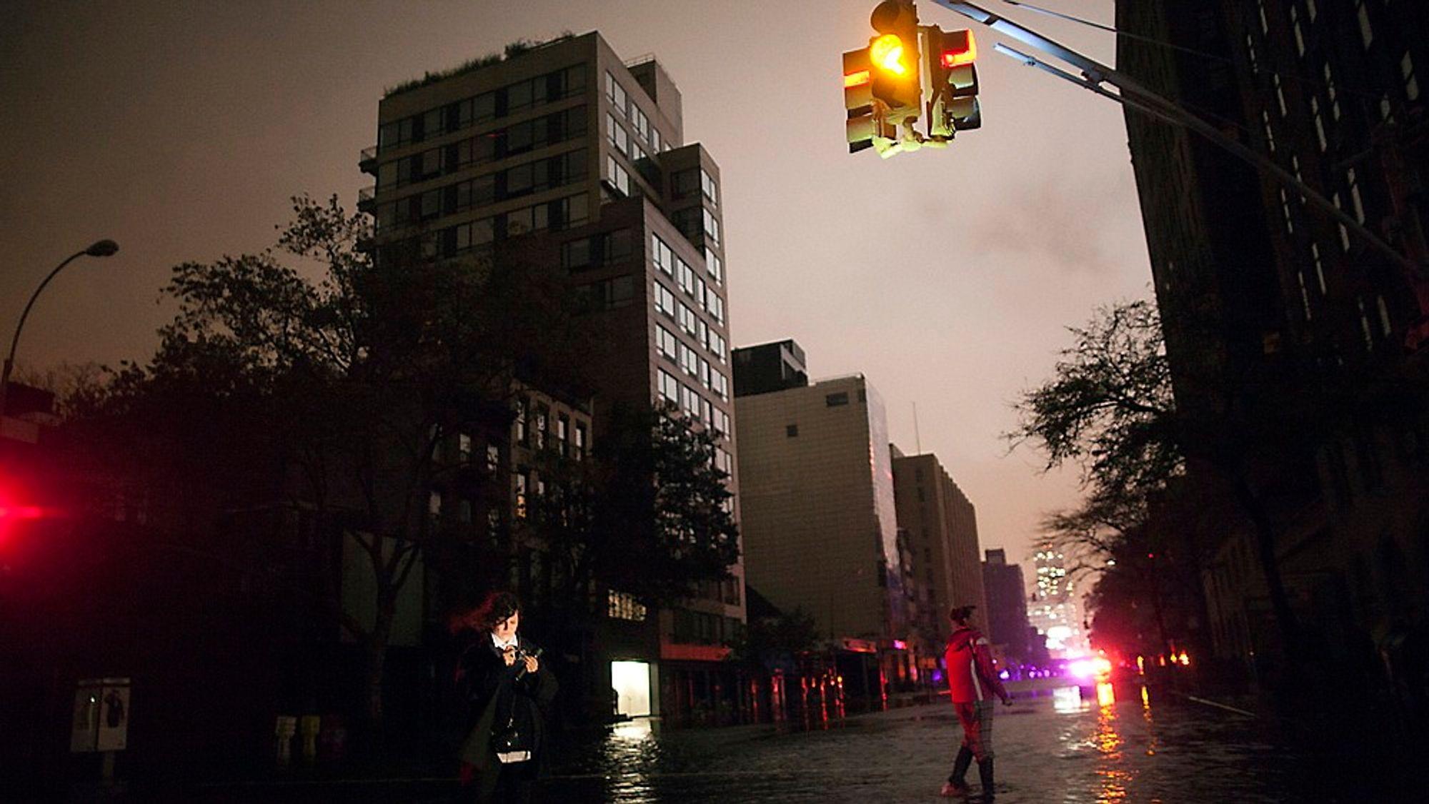 Til sammen skal over 6 millioner mennesker ha vært rammet av strømbrudd, etter at orkanen Sandy kastet seg over østkysten av USA i natt.
