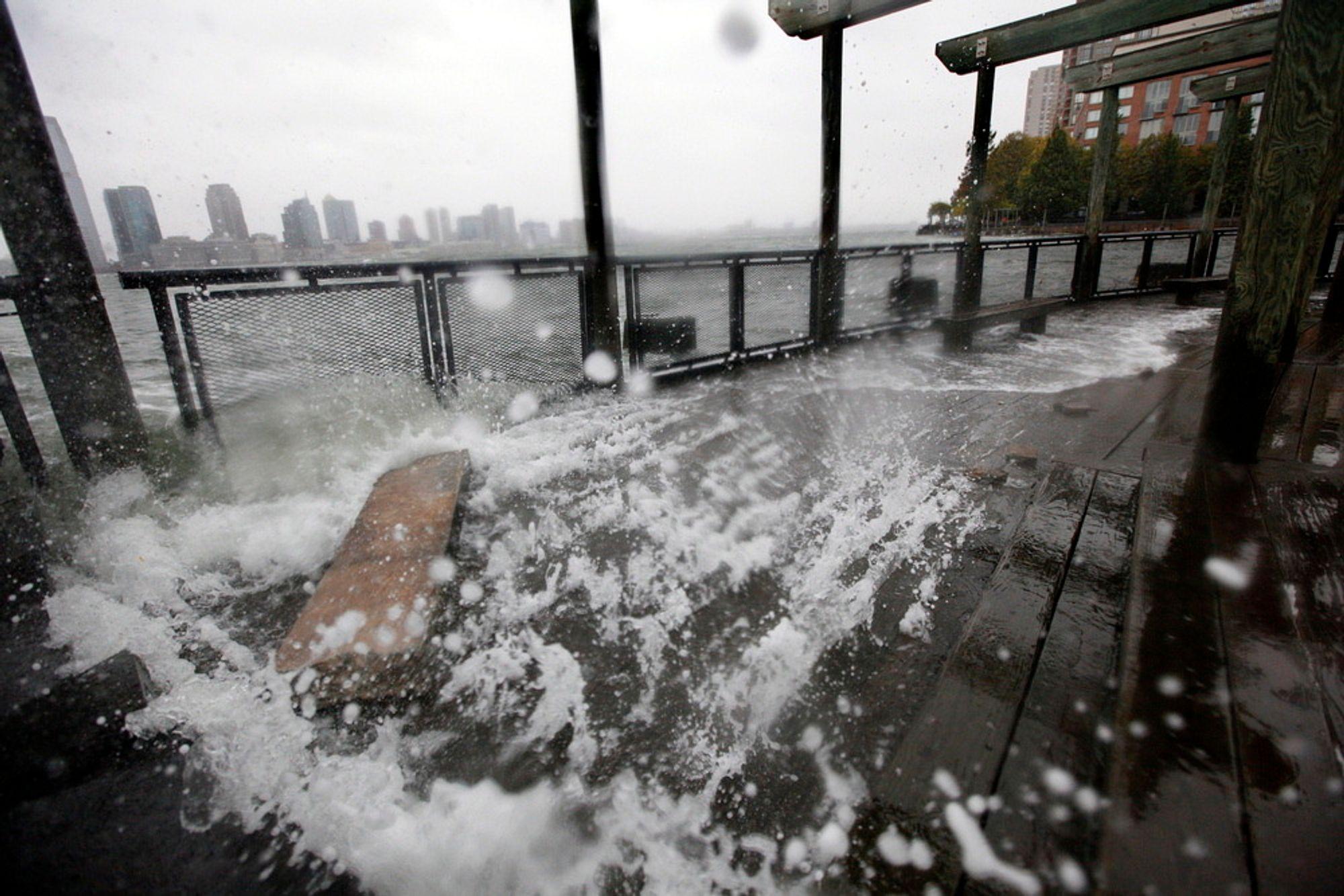BLÅSER OPP: Vann fra Hudson River slår i land ved Battery Park. New York er i beredskap før orkanen Sandy.
