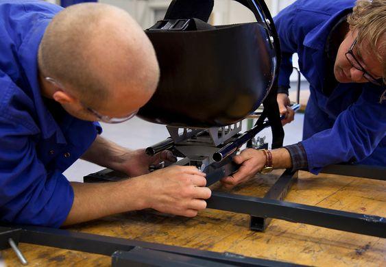 Anders Seim og Peder Kjærnli monterer en kjelke i en testigg på laben til NTNU.