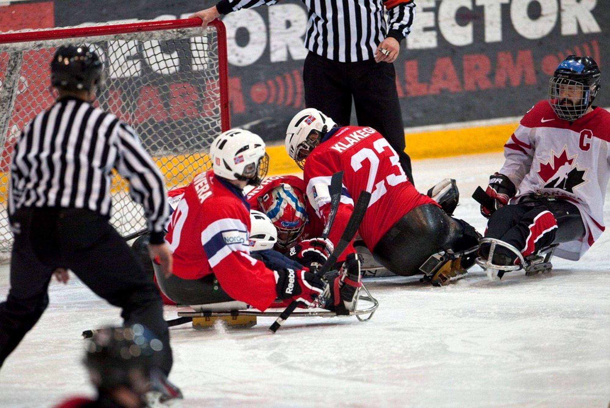 Det går hardt for seg på isen. Her fra en kjelkehockeykamp mellom Norge og Canada på Hamar i mars.