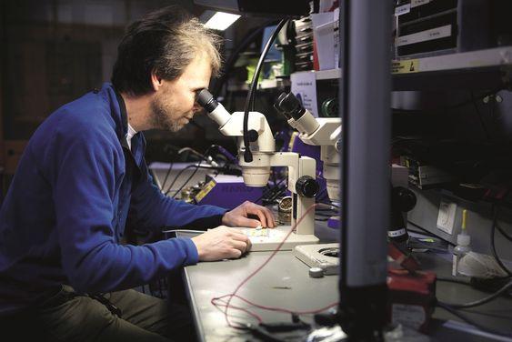 I LABEN: Mye av utviklingen har skjedd i laboratoriet i Horten. Her ser vi Bjørnar Sten-Nilsen i arbeid.