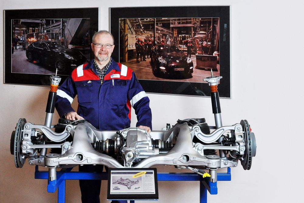 MESTERSTYKKET: Dr.ing. Jan Ove Løland med bakhjulsopphenget til Porsche Panamera. Den kompliserte bærebrua er støpt i ett stykke, og fikk tildelt den europeiske aluminiumsprisen i 2010.