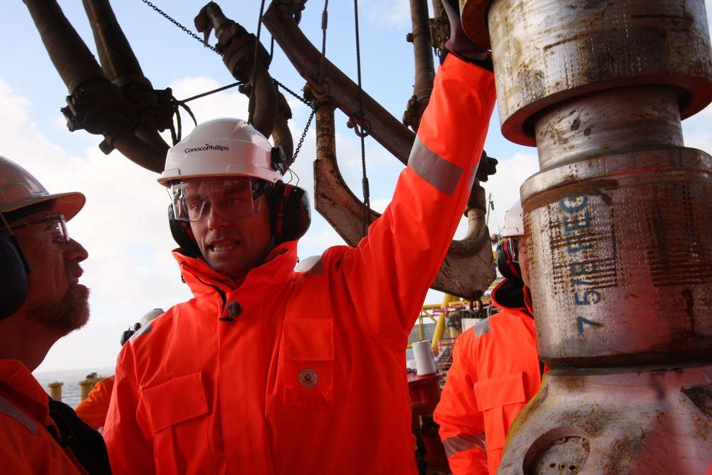 Olje- og energiminister Ola Borten Moe inspiserer borekronen som skal starte det nye eventyret på Ekofisk.