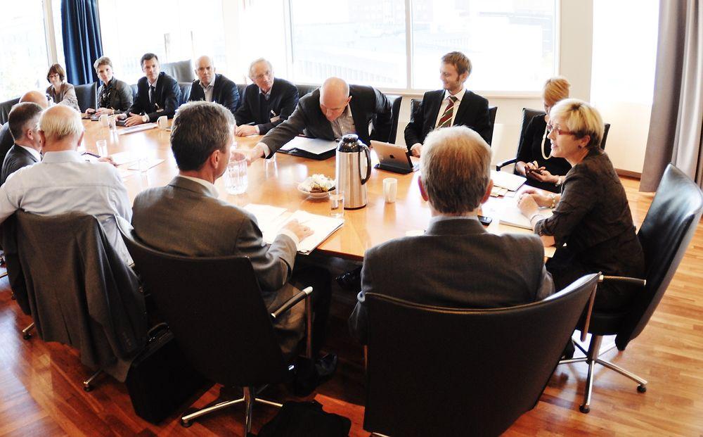BRAINSTORM: Kommunal- og regionalminister Liv Signe Navarsete møtte byggenæringen for å få vite hva de mener om statlige krav og byggekostnader.