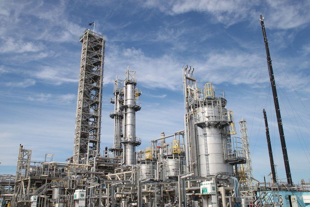 3000 timer: Her på Mongstad skal Aker Solutions teste sitt CO2-fangstanlegg i 3000 timer for å kvalifisere det til å bygge et storskalaanlegg. Nederst til høyre i bilde ser vi Akers mobile testanlegg. Foto: Aker Solutions