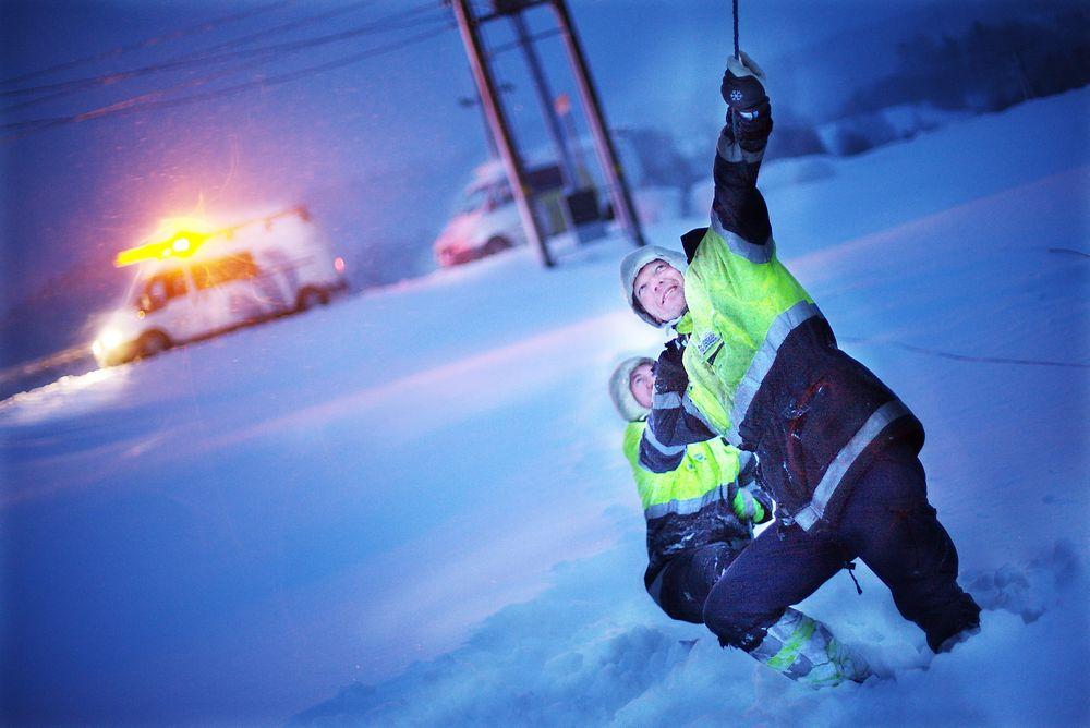 Strømbrudd:  Per Pettersen foran og Øystein Greibesland fra Otera reparerer strømnettet etter et strømbrudd i bydelen Drangsholt i Kristiansand.  illustrasjonsoto:  CANPIX