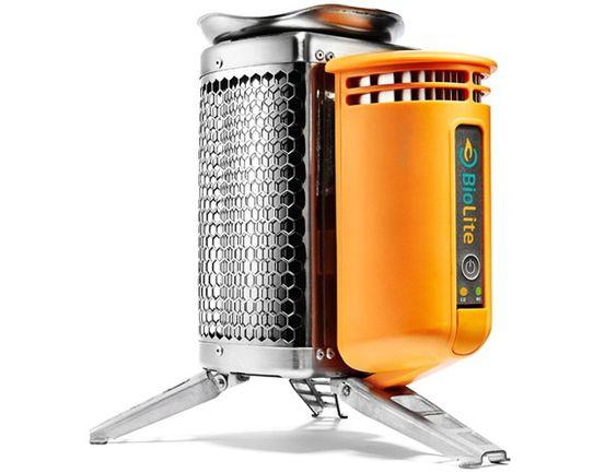 Inne i den orange boksen er en termoelektrisk generator, en vifte som øker trekken i ovnen og en USB-port.