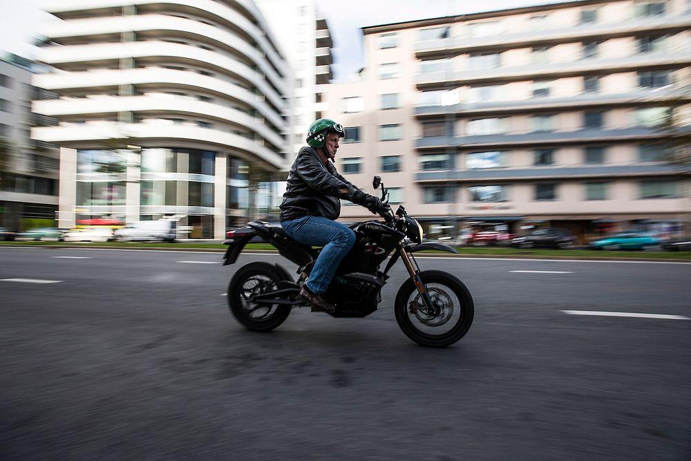 Som motorsykler flest: Zero DS ser ut som de fleste motorsykler i denne klassen, men i stedet for bensintank finner vi et svært batteri. Og bakfra er fraværet av eksosrør påtakelig.