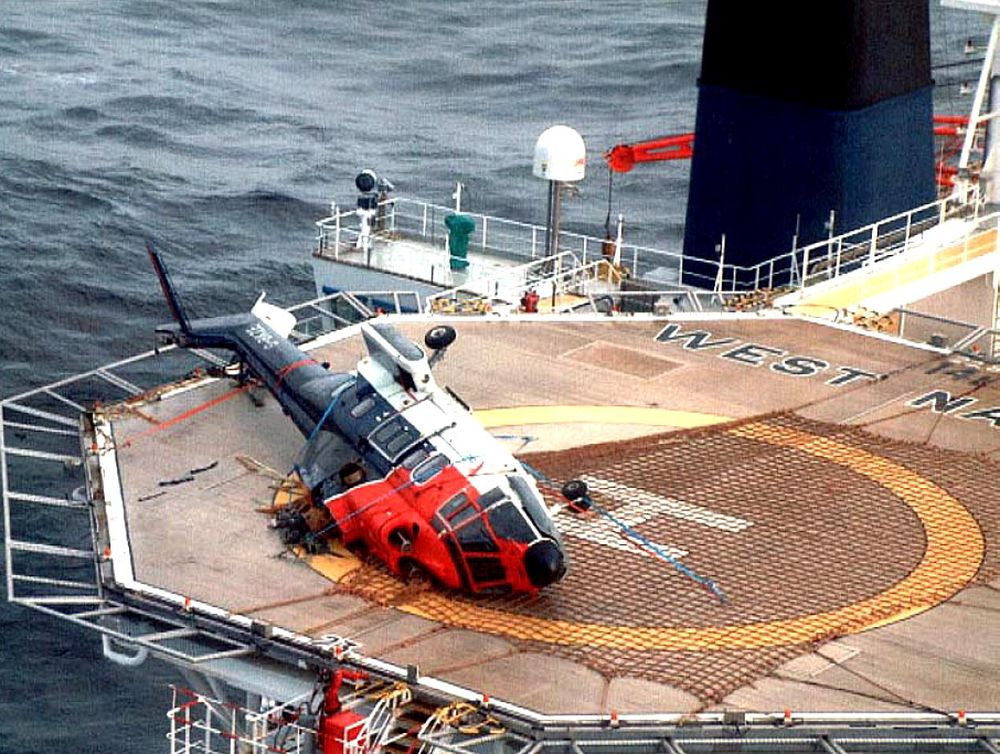 Dette AS332L Super Puma-helikopteret fra CHC veltet på helidekket på et borefartøy vest for Shetland i 2001. Ulykken skjedde under drivstoffylling med rotorene igang, der skipet endret kurs slik at vindretningen ble ugunstig. Kun flygeren var om bord i helikopteret og han overlevde ulykken.