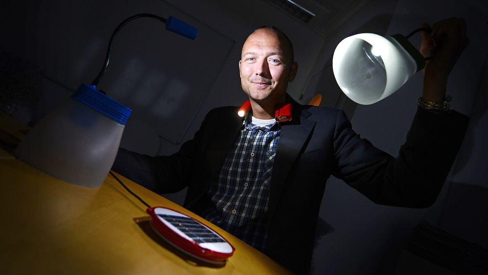 Kristian Bye vil at du skal bidra til at solcellelampene hans kommer i storproduksjon. Forbrukerombudet påpeker at du ikke har forbrukerrettigheter når du begir deg ut på folkefinansiering.
