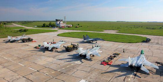 Bulgaria har i dag én kampflybase: Graf Ignatievo. På bildet er en tredel av den operative MiG-29-flåten.