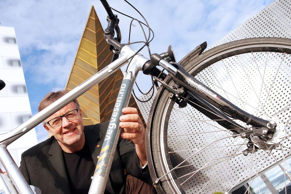 ELEKTRIFISERT: Det er lettere å være sykkelfan i Statens vegvesen nå enn før, mener Erik Jørgen Jølsgård. Nå har de til og med egne el-sykler.