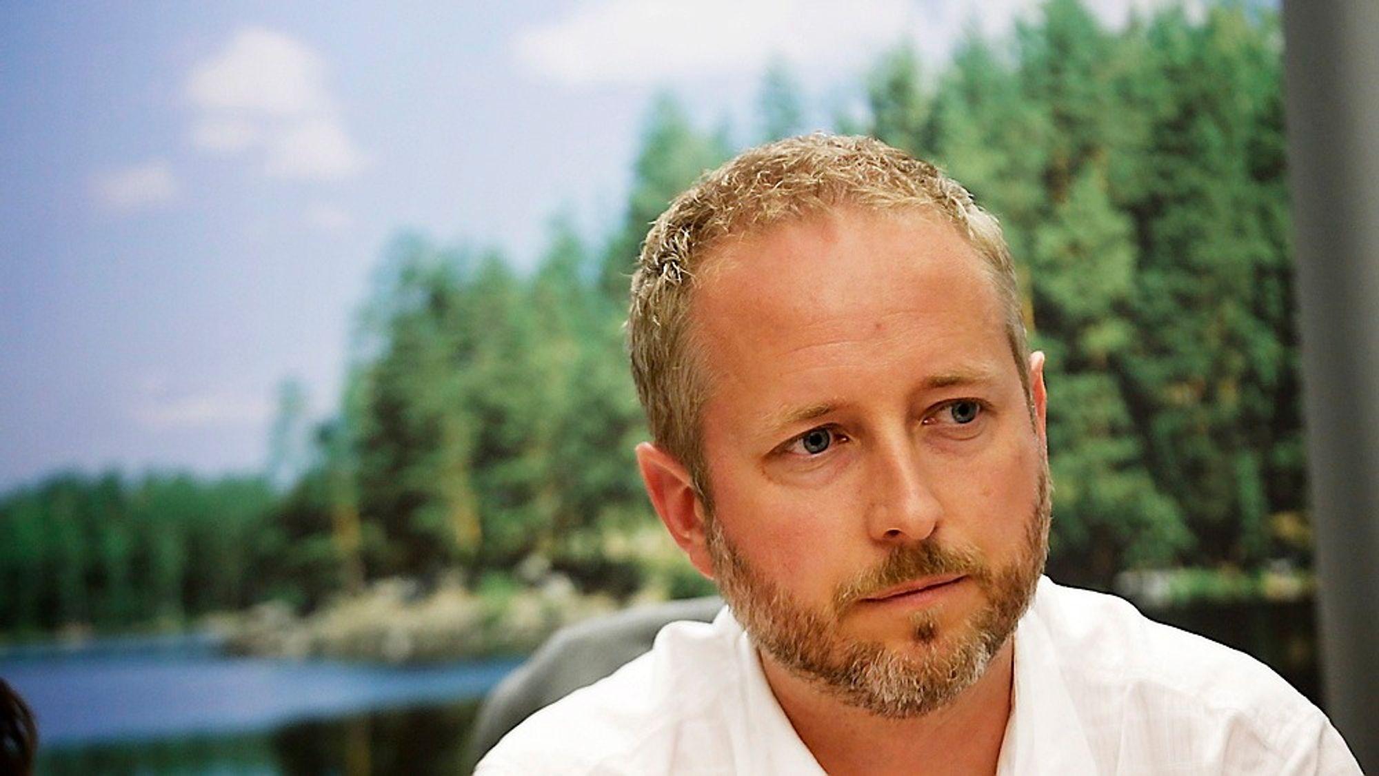 Miljøvernminister Bård Vegar Solhjell stiller seg fullt og helt bak de grønne sertifikatene, og er dermed uenig med tidligere statssekretær Heidi Sørensen.