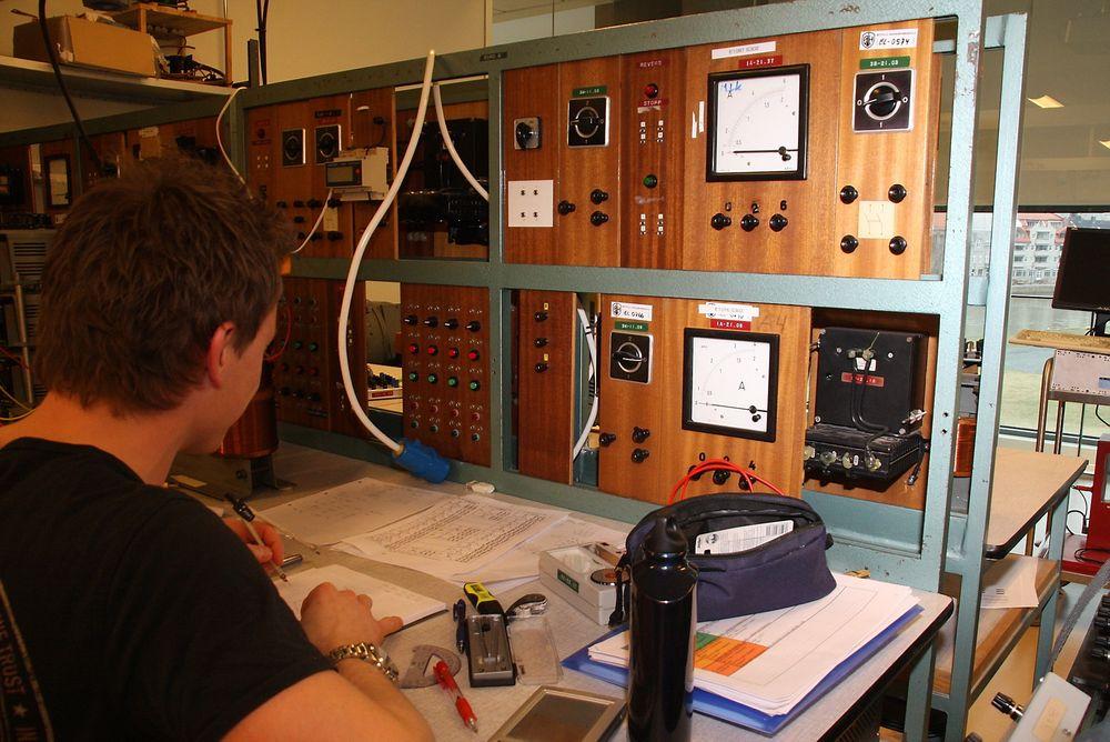 Økte bevilgninger til ingeniørutdanninger er dråpe i havet mener Nito. Bildet er fra  Høgskolen i Østfold. Ingeniører som studerte ved for 40 år siden, kjenner igjen utstyret som brukes i dag.