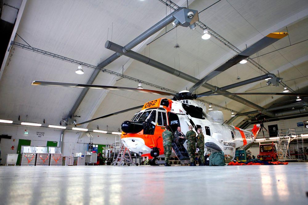 Luftforsvaret omstiller. Her ses 330-skvadronen med et Westland Sea King-helikopter på Rygge flystasjon.