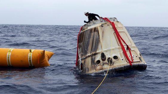 Kapselen sikres etter å ha landet i Stillehavet. Den transporteres deretter til SpaceX fasiliteter i California. Bildet er fra testflyvningen i mai i år