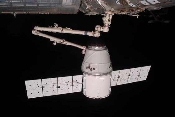 Astronautene om bord på romstasjonen har trent på å gripe tak i kapselen med robotarmen Canadarm2, for så å koble den til romstasjonen.