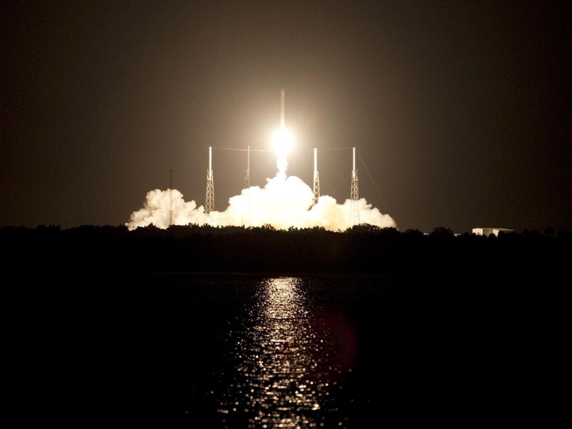 PRIVAT OPPDRAG: California-selskapet SpaceX leverer forsyninger til Den internasjonale romstasjonen. Raketten ble skutt opp fra Space Launch Complex 40 i Florida.