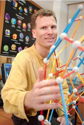 Helmer Aslaksen har tidligere jobbet ved National University of Singapore i 22 år og vært visepresident i Singapore Mathematical Society.