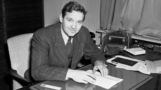 Ingeniør Olav Selvaag ved skrivebordet på sitt kontor, 9. januar 1951.