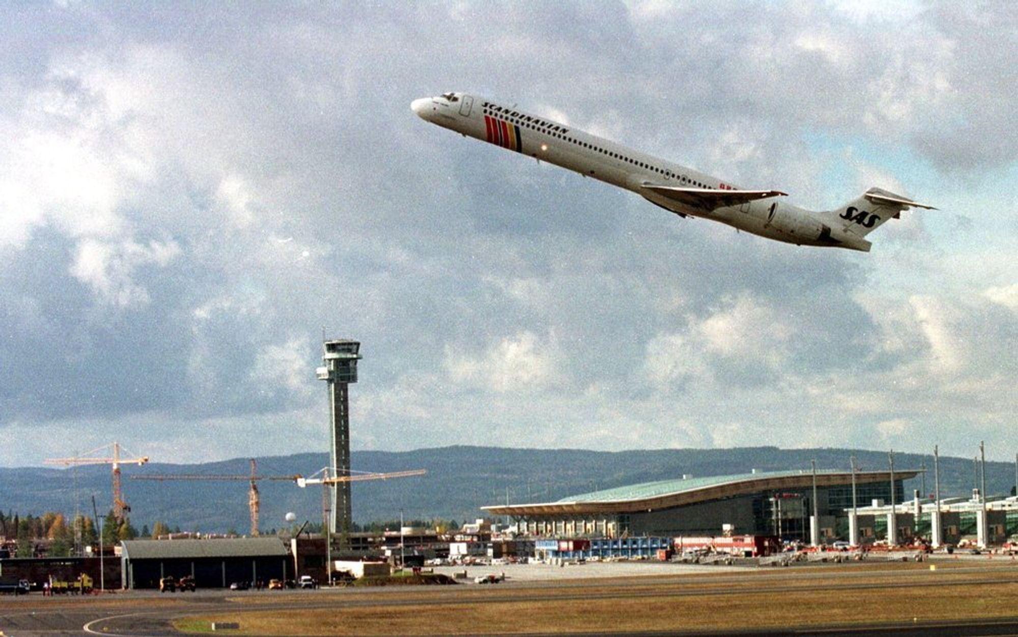 En MD-90 fra SAS tar av fra Gardermoen 8. oktober 1997 i forbindelse med en markering av at det var et år til OSL skulle åpne.