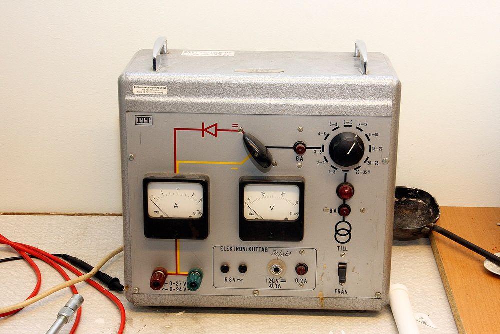 Dette er noe av utstyret ved elektro på Høgskolen i Østfold. Nå ønsker de seg en ny robot.