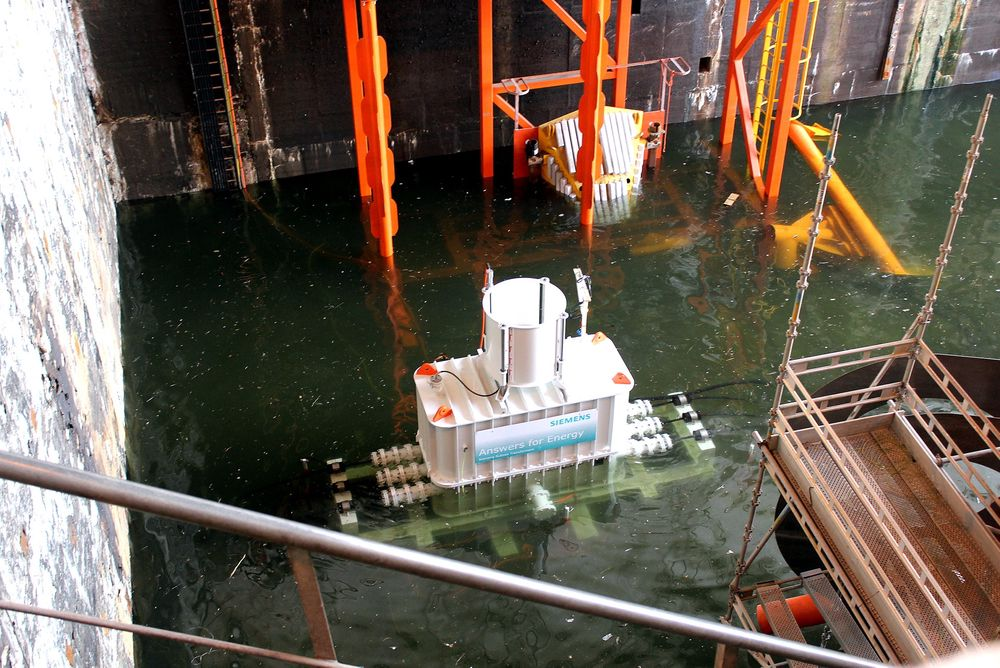 Dykkes: Vannet er i ferd med å omslutte trafoen til Siemens. I en uke ble den testet, fullt neddykket,  i Linjebyggs dokk i Trondheim. Trafoen besto testen, ikke noe vann trengte inn og varmeavgivelsen var som beregnet.