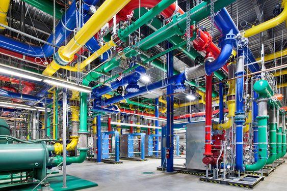 De blå rørene frakter kaldt vann til kjøling av serverne og de røde sender varmt vann i retur ved Googles datasenter i Dalles, Oregon.
