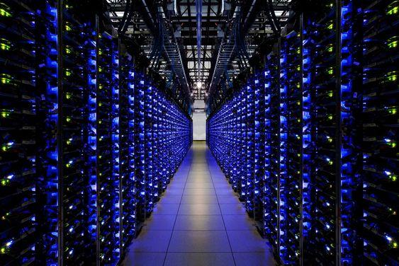 Blå LED-lys forteller at disse serverne ved Googles datasenter i Douglas County, Georgia fungerer som de skal.