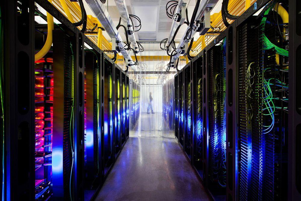 Her ses nettverkene av fiberoptiske kabler som knytter Googles datasentere sammen.
