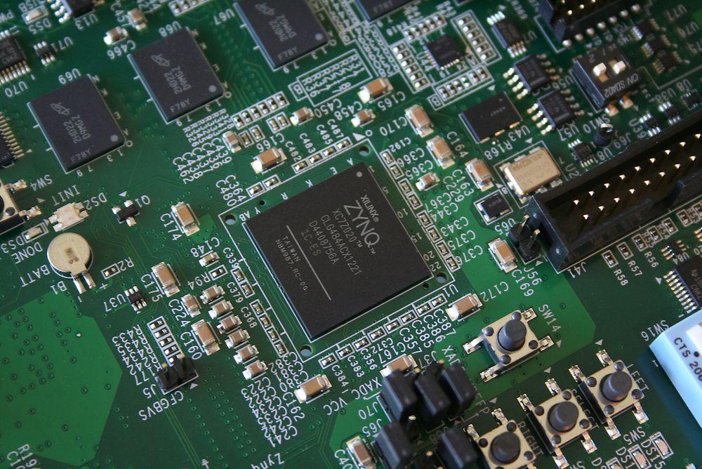 SENTRALT: FPGA-brikker ser ut som alle andre, men har revolusjonert utvikling av høyintegrert elektronikk i mindre serier. Bilde: Data Respons.