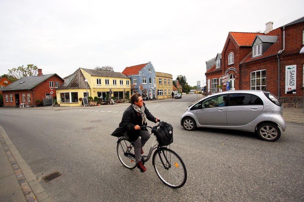 Ny hverdag: Elektriske biler og syklister. Det må Samsø ha mer av om øya skal nå målet om å bli fossilfri innen 2030. Foto: Peder Qvale