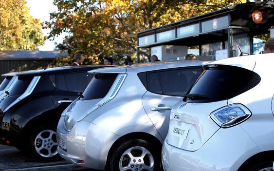 """Elbilinfrastrukturen er i ferd med å bygges ut nogen lunde i takt med elbilsalget. Her er Ishavskraft hurtigladestasjon i Vestby som ble åpnet i forrige uke, med Nissan Leaf og konsernkusinen Renault Zoe først ved """"pumpene""""."""