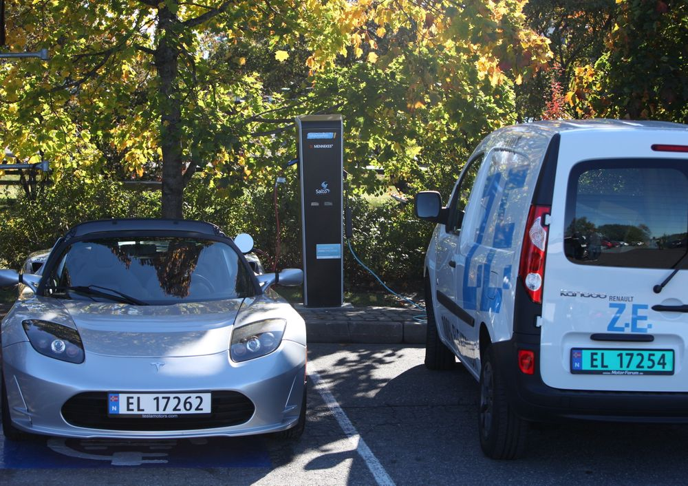 FULL PAKKE: To Mennekes-uttak (32A 400V trefas - 22 kW) som for eksempel Tesla Roadster kan benytte finnes også på Vestby-stasjonen.