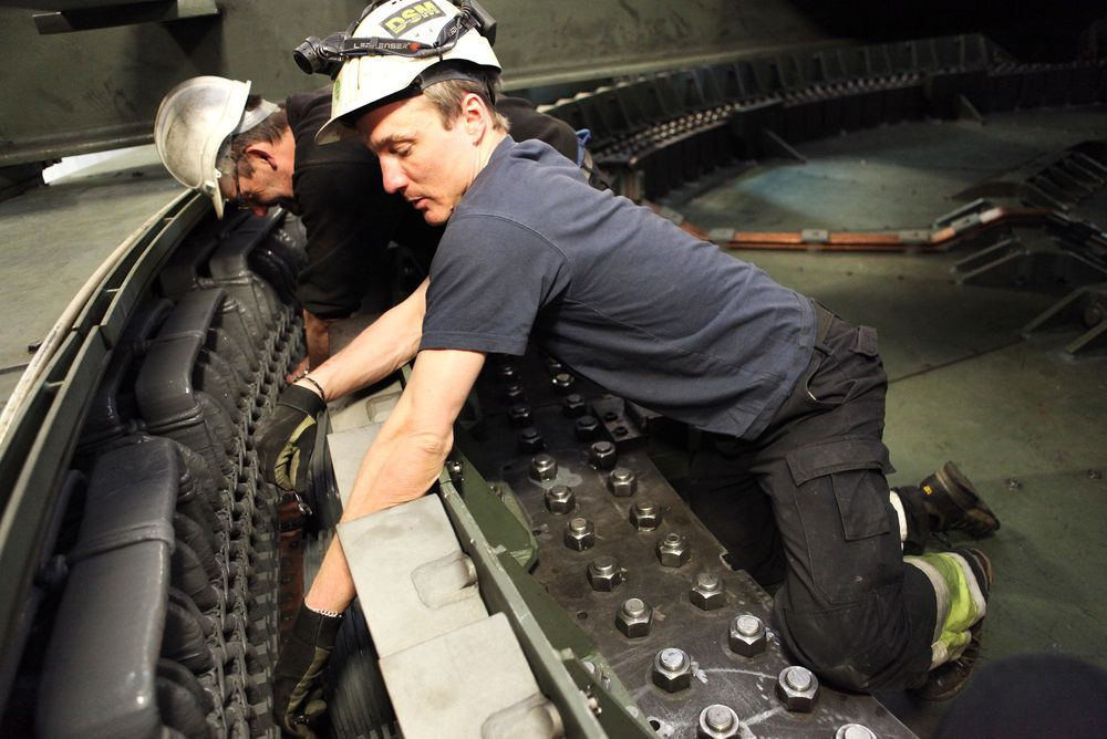 Daniel Danielsson (th.) og Per Olsen i Alstom Vannkraft sjekker koblingene i generatoren på Kaplan-aggregatet på Vamma kraftverk.
