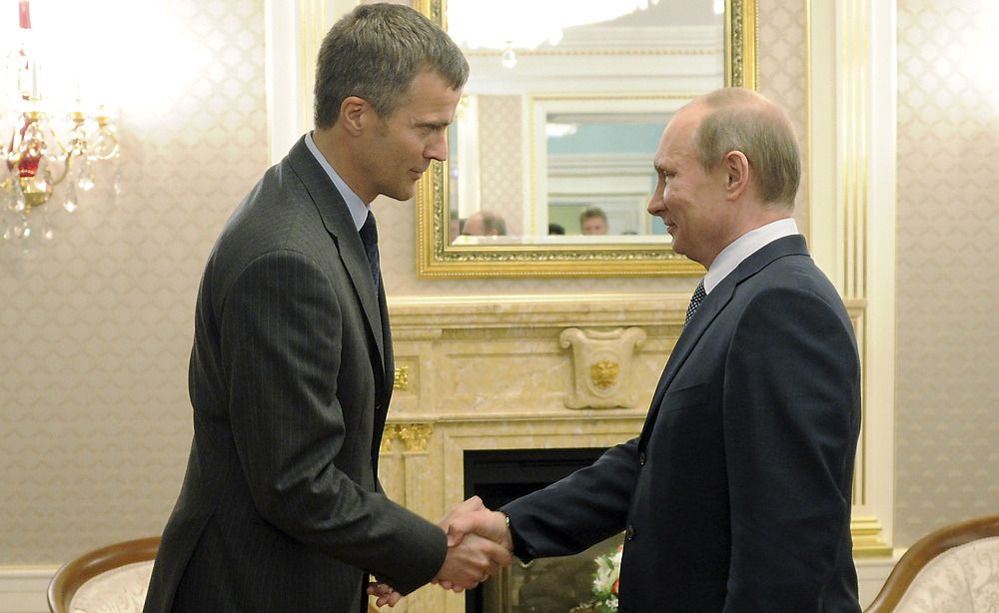 Statoil-sjef Helge Lund og Russlands statsminister Vladimir Putin under signeringen av avtalen mellom Rosneft og Statoil utenfor Moskva 5. mai 2012.