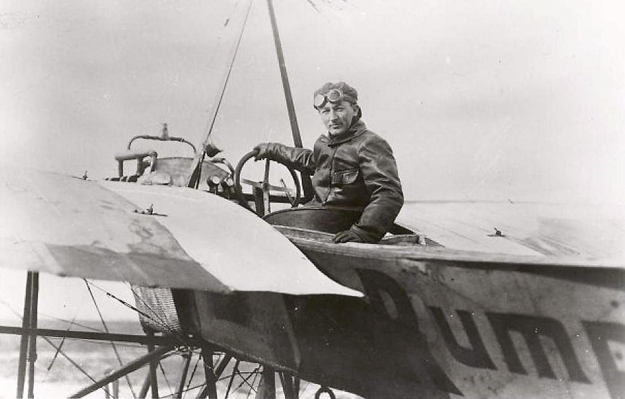 """Premierløytnant Hans Fleischer Dons i sitt Rumpler Taube med navnet """"Start"""" som han fløy første gang 1. juni 1912 som første nordmann."""