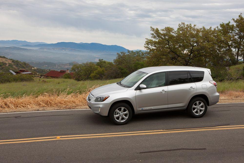 HOLDER 16 MIL: Toyota Rav 4 EV er den elektriske versjonen av Toyotas mest populære SUV.
