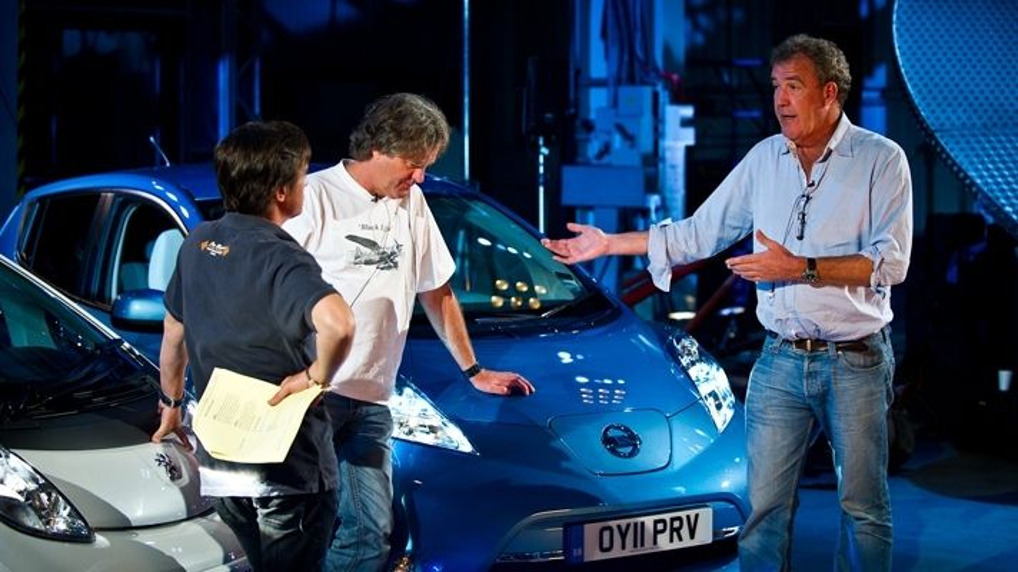 Top Gear-programlederne Jeremy Clarkson (fra høyre), James May og Richard Hammond testet elbilene Nissan Leaf og Peugeot iOn i siste program. Det endte selvsagt med flatt batteri og mye venting ved ladepunktet.