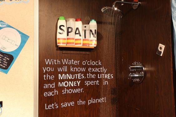 ForYou&Others har laget en timer som måler tid, liter vann og penger du bruker når du tar dusj. På deres stand hadde de installert en dusj for å vise frem produktet.
