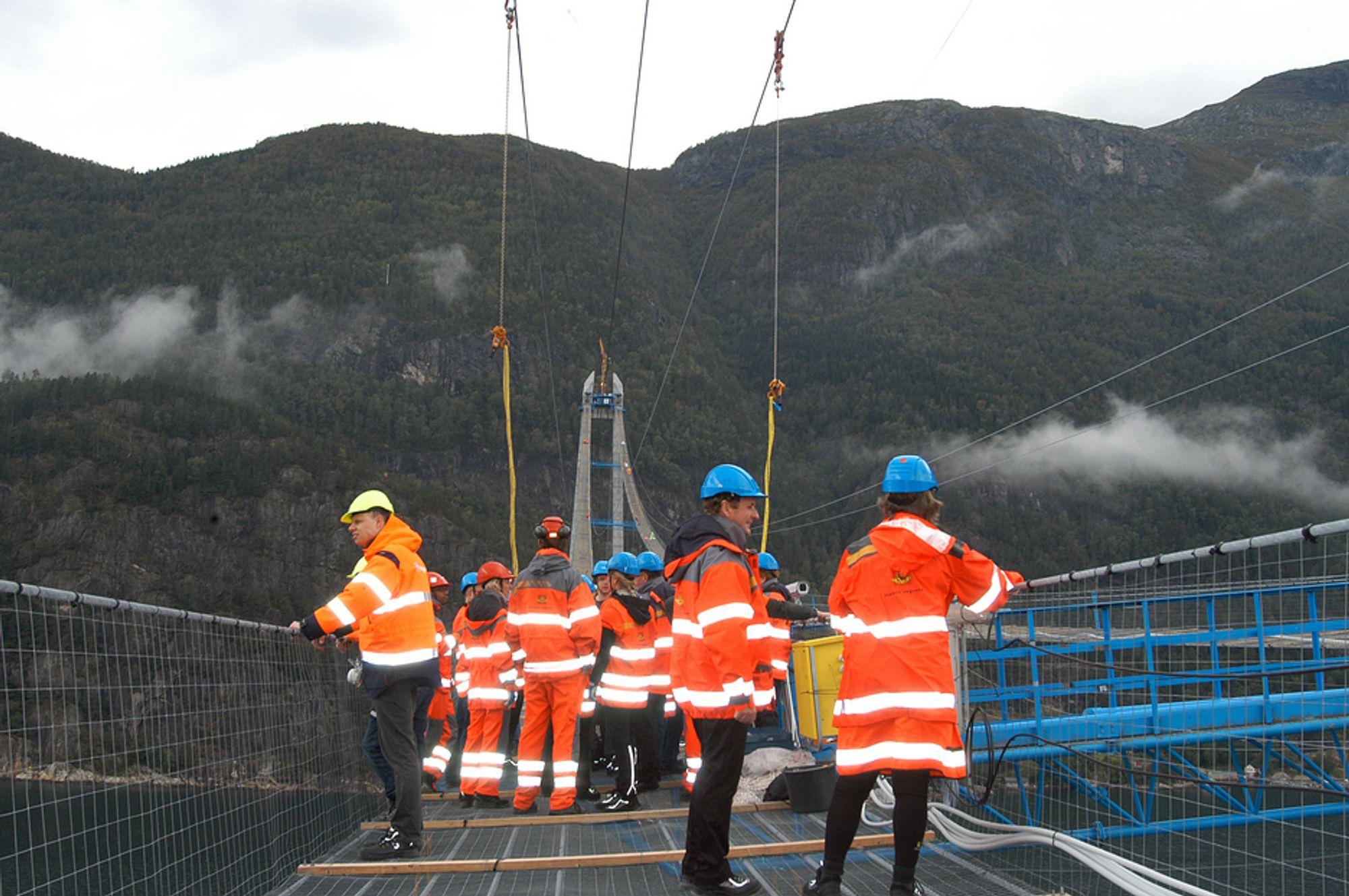 GANGBRU: For første gang kan man nå gå tvers over Hardangerfjorden. En midlertidig arbeidsplattform er nå ferdig og blir stående nesten til broen er klar til åpning.