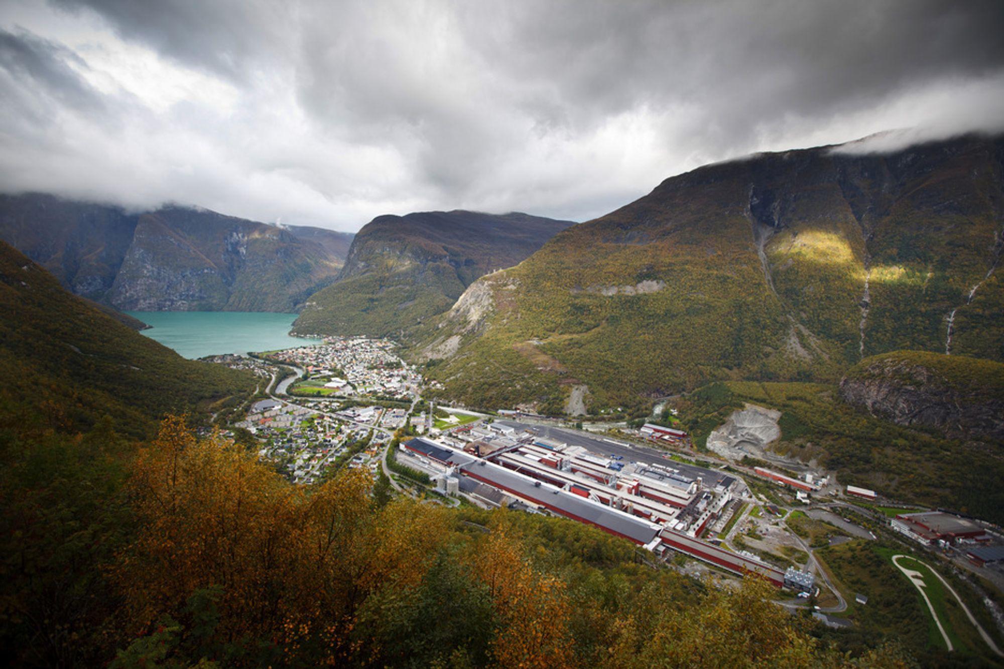 OFFENSIVT MÅL: Mellom bratte fjell innerst i Sognefjorden forsker Hydro på aluminiumsceller som skal bruke mindre energi. Målet er å komme helt ned på 10 kWh per kilo aluminium.