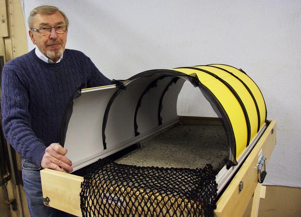 INDUSTRIALISERT: Torbjørn Dalegården har laget en modell av tunnelkonseptet han mener vil industrialisere tunnelbygging og gjøre produksjonen både raskere og rimeligere. Foran ligger et nett som han  kan tenke seg som fleksibel forskaling.