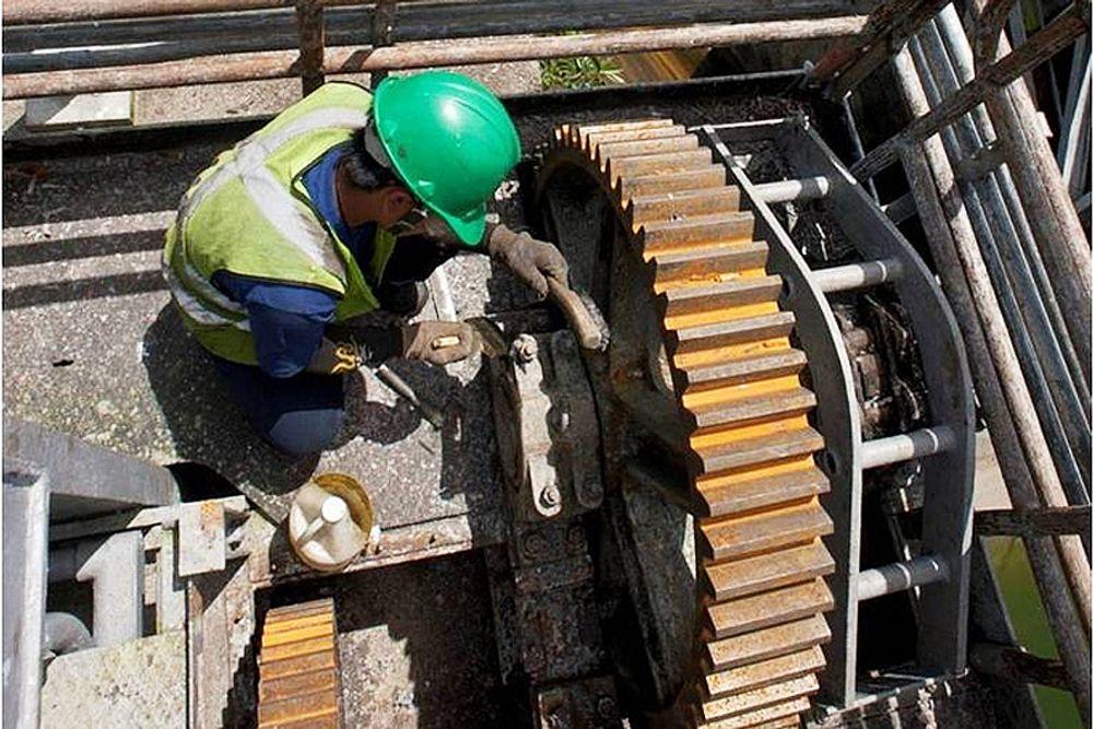 HØYT: En arbeider gjør vedlikeholdsarbeid på det nye vannkraftanlegget i Ambuklao. Tidligere rant vannet ned langs denne demningsveggen, men SN Powers datterselskap SN Aboitiz Power (SNAP) har lagt nye vannrør som leder vannet ut i bunnen. SNAP har med flere justeringer økt kraftproduksjonen på anlegget til 105 MW, mot den tidligere kapasiteten på 75 MW.