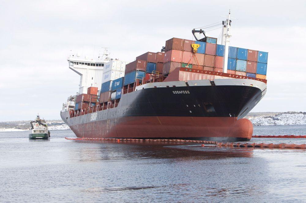 LEKK: Containerskipet Godafoss grunnstøtte ved Asmaløy på Hvaler torsdag kveld, 17. februar, i 20-tida. Det lekker tungolje fra to bunkertanker.