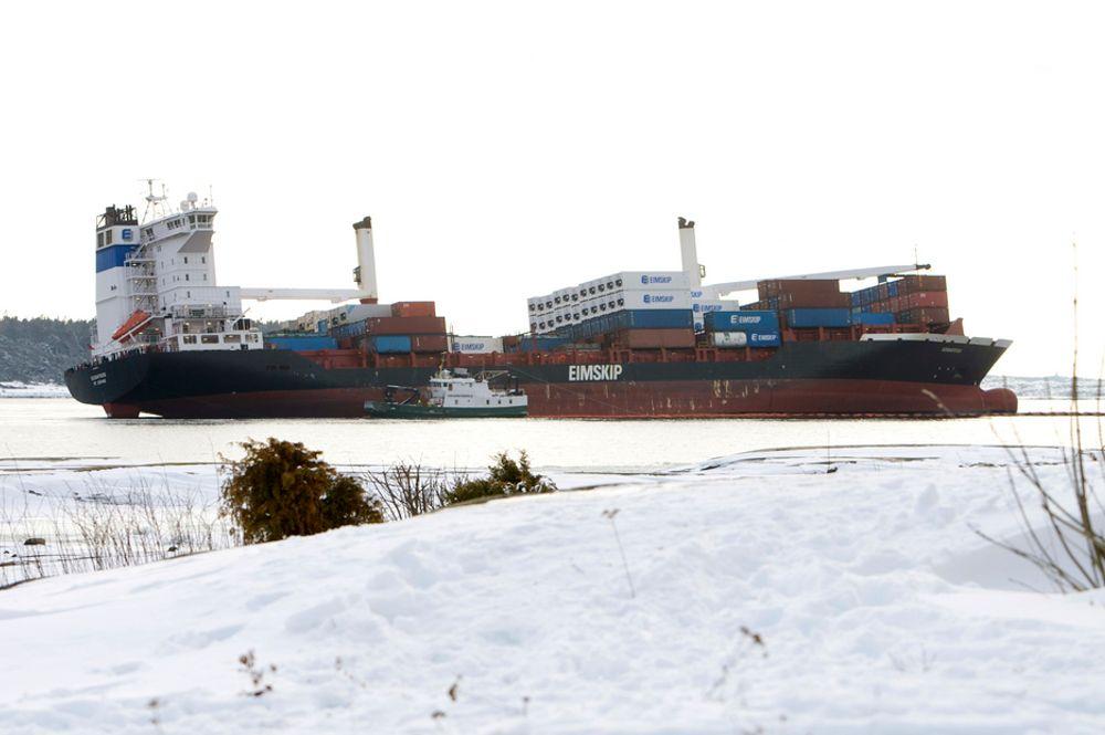 LEKKER: Containerskipet Godafoss lekker tungolje fra to eller tre tanker. Den driver inn mot land på Hvaler.