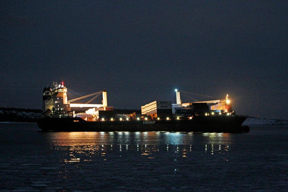 Containerskipet Godafoss gikk på grunn utenfor Hvaler torsdag kveld i 20-tiden. Det er observert olje i sjøen ca 1 km fra skipet. Losen skal ha gått ombord like før grunnstøtingen inntraff.